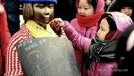 [오늘의 느낌컷] 평화의 소녀상을 찾은 어린 소녀들