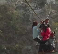 영국 BBC에 소개된 네팔 어린이들의 위험한 등굣길 영상
