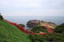 일본 야마구치 여행 용궁의 해안가 123개의 붉은 도리이 모토노스미이나리 신사