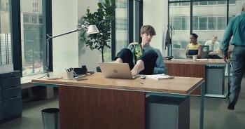 Potato Thins: Handsfree, 너무 맛있어 손을 뗄 수 없어 발을 자유자재로 쓰는 상황을 보여주는 재미있는 동영상 광고