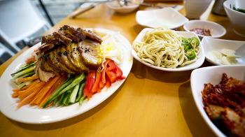 홍대에서 먹은 런치메뉴입니다. 냉채족발과 칼국수 그리고 주먹밥