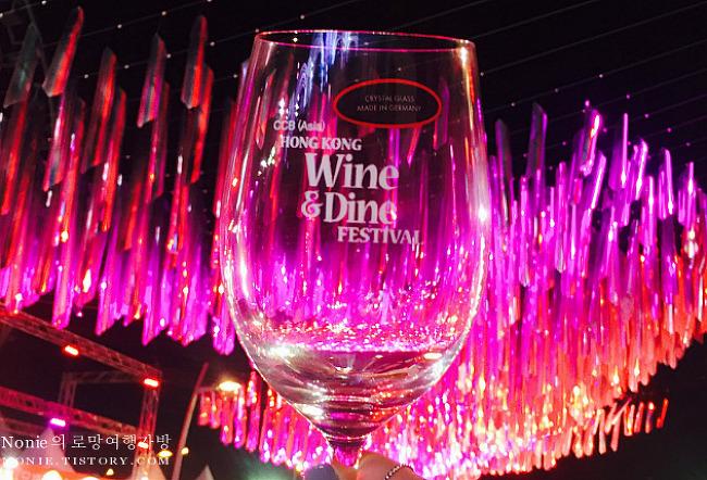 홍콩 와인앤다인 페스티벌 2017에서 와인 즐기고, 란콰..