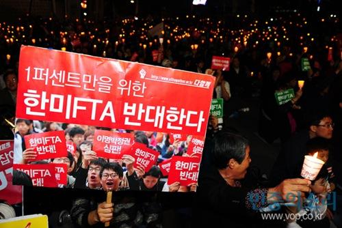 5일 저녁 서울 중구 정동 덕수궁 대한문 앞에서 열린 한미 FTA 국회 비준 저지 촛불 집회에서 참가자들이 촛불을 들고 있다.