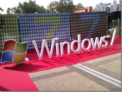레드 카펫을 거닐고 있는 Windows 7.