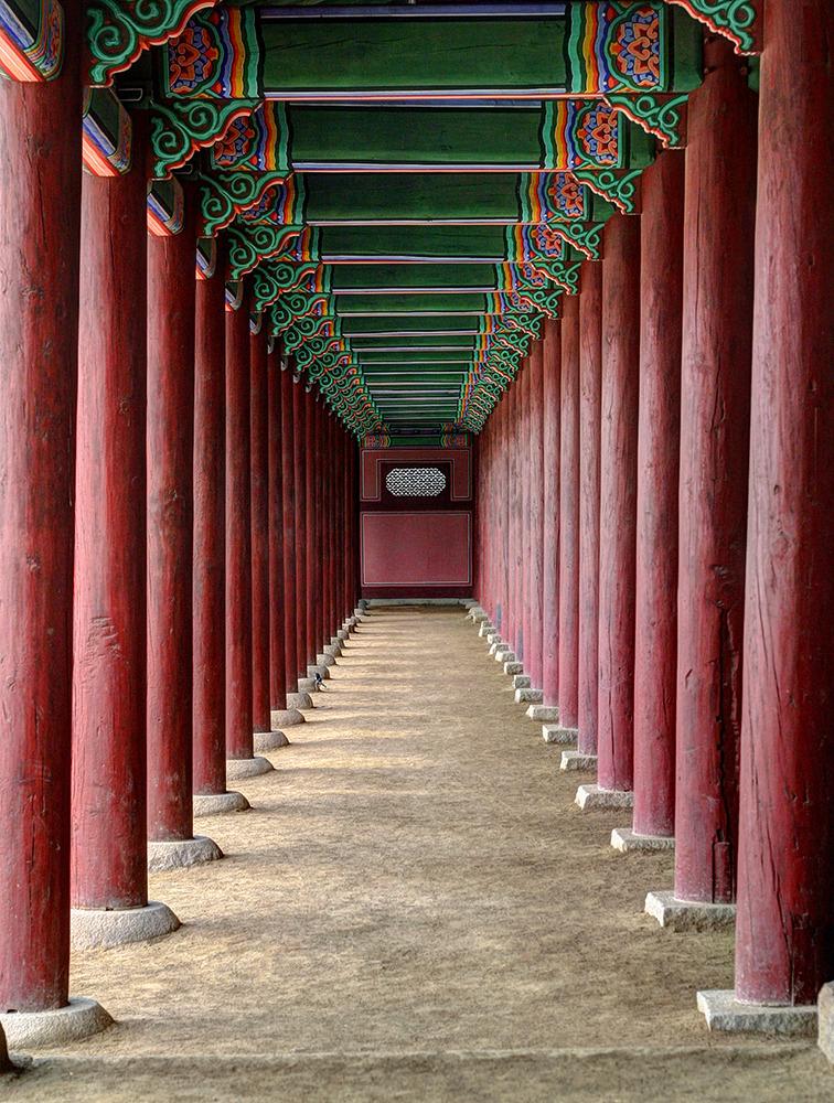 좌우로 갈색 나무기둥이 연이어 줄서있으며 상단에는 녹색의 단청이, 기둥 하단에는 석재로 된 주각이 심어져있다.
