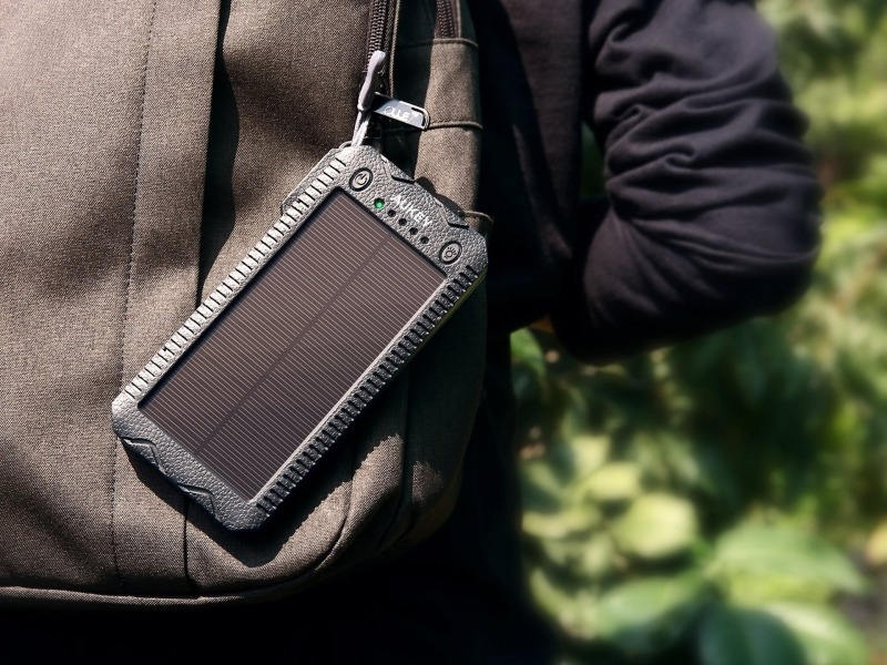 [BP/IT] 캠핑에 필요한 태양열 충전식 모바일 배터리 'PB-P24'