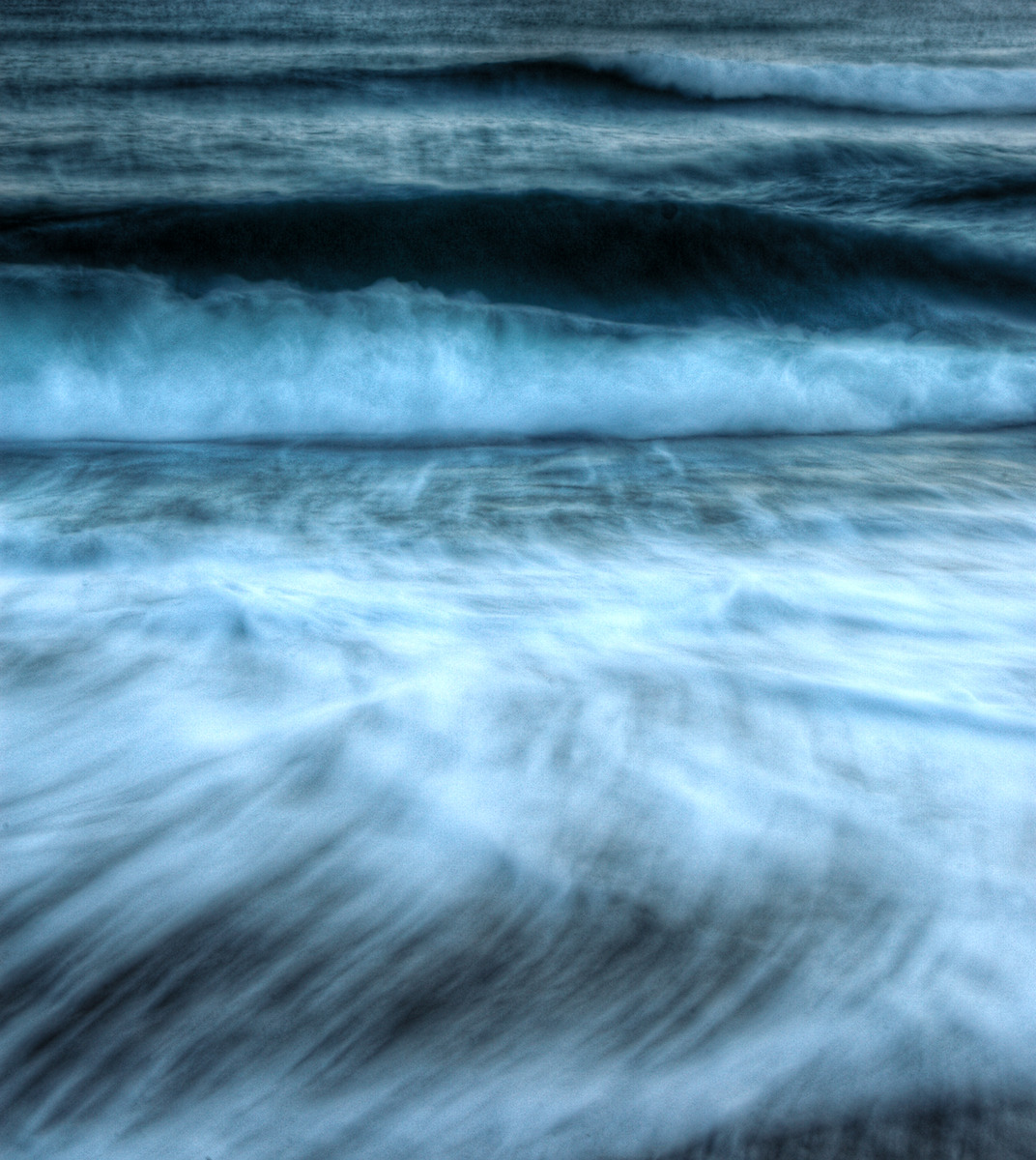 장노출로 촬영되었지만 멀리 일렁이는 파도와 다가오는 파도가 역동적으로 나타나 있는 사진