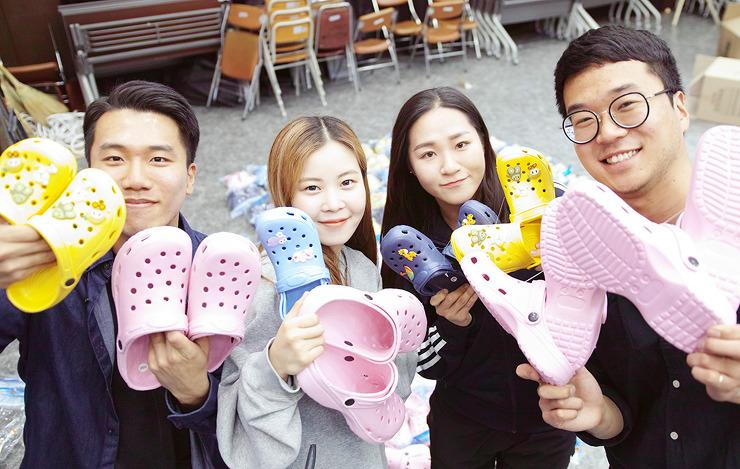 [사진 출처 : 충남대학교 누리집] 세상에서 제일 예쁜 어린이날 선물 - 벚꽃축제 수익금으로 캄보디아 어린이들에게 신발을 선물한 잘 생긴 청년들입니다~