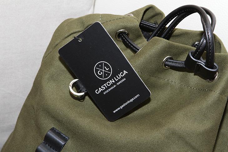 클래식하면서도 ,케쥬얼한 ,가방, 가스톤루가, 프로퍼, 올리브 & 블랙,심플하고 아무곳에나 잘 어울리는 제품 소개 합니다. 클래식하면서도 케쥬얼한 가방 가스톤루가 프로퍼 올리브 & 블랙 인데요. 약간 전투형 같기도 합니다. 내구성이 상당히 좋은 재질로 만들어졌거든요. 처음에는 제가 착용해봤는데 좀 작은 느낌이 드네요. 와이프한테 해보라고 했는데 나름 괜찮네요. 가스톤루가 프로퍼 올리브 & 블랙은 스웨덴 스타일 제품으로 구매시 특송으로 우리나라로 날라오게 됩니다.