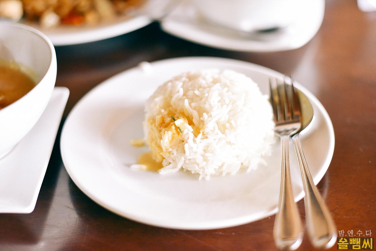 커리와 함께 흰 쌀밥