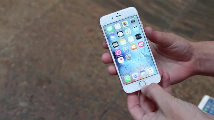 충격 때문에 아이폰 6S 액정 유리가 부서진 모습