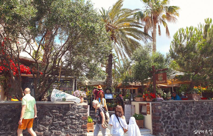주변 시선 강탈하는 산토리니의 예쁜 정원 카페