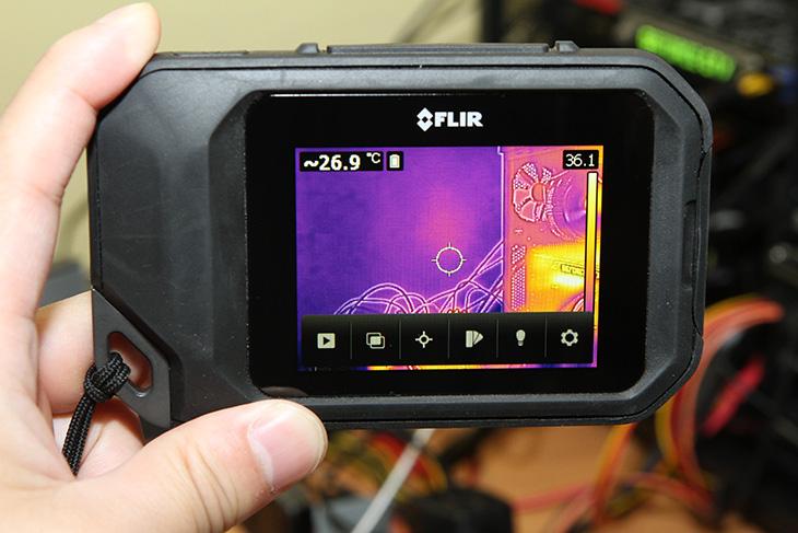FLIR C2 후기 ,작고 가벼운, 휴대용 열화상카메라 리뷰,리뷰,FLIR C2 리뷰,FLIR C2 누수탐사,누수탐사,누수,IT,IT 제품리뷰,후기,사용기,플리어,FLIR,FLIR C2 후기를 올려봅니다. 작고 가벼운 휴대용 열화상카메라 리뷰편 인데요. 플리어는 열화상카메라 쪽에서는 상당히 많은 점유율과 많은 제품들을 보유하고 있고 새로운 신기술들도 많이 보유하고 있죠. 열화상카메라로 누수 탐사등을 생각하신 분들은 FLIR C2 후기를 통해서 얼마나 쓸만한 제품인지 그리고 어떤식으로 활용을 할 수 있는지 제가 보여드리도록 하겠습니다. 최근에는 메르스 때문에 열화상카메라에 대해서 관심이 좀 높아지기도 했는데요. 고열을 발생하는 분들이 메르스에 노출되었을 가능성이 있어서 군포에 있는 병원에 FLIR E60을 무상으로 대여받아서 입구를 감시하기도 한다는 기사를 본적이 있습니다. FLIR C2 후기를 작성하면서 비교적 저렴해진 여로하상카메라가 얼마나 쓸만해졌는지 확인해보기로 했는데요. 저는 FLIR E40을 사용 중 입니다. 열화상카메라는 보통 고가이죠. 그런데 지금안 좀 더 저가형의 모델들이 많이 출시가 되어있습니다. 스마트폰에 연결해서 사용하는 제품들까지 나와있죠.그런데 알아두셔야할 건 열화상카메라 자체가 가격이 낮아졌다기 보다는 라인업이 좀 더 다양해졌다고 볼 수 있습니다. 해상도를 좀 낮춰서 가격을 낮추고 좀 더 현실적인 가격으로 열화상카메라를 쓸 수 있는 그런 모델이 나왔다는 것이죠. 좀 달리 말하면 절대적으로 좀 더 좋은 성능의 열화상카메라를 써보고 싶다면 좀 더 사양이 높은 열화상카메라를 써야만 합니다.