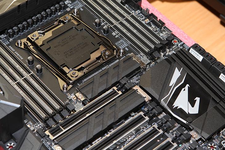 i9 7900X ,Aorus X299 Gaming 9, 시스템 만들기, 성능 ,보기,IT,IT 제품리뷰,괴물같은 시스템을 만들어 봤습니다. 10코어 20쓰레드 제품인데요. i9 7900X Aorus X299 Gaming 9 시스템 만들기 및 성능 알아보기 시간을 가져봅니다. 점점 고성능화 저발열이 되어가네요. i9 7900X Aorus X299 Gaming 9는 궁합이 상당히 좋았습니다. 이전에 사용하던 윈도우10이 들어있던 M.2 SSD를 장착하니 바로 부팅도 되고 바로 사용이 가능했는데요. 덕분에 마이그레이션이 너무 간단하고 쉬웠습니다. 대신 10코어로 늘어나면서 성능이 확 올라가는게 느껴지네요. 물론 기존 6세대와 비교해도 기본클럭이 더 높아졌습니다.