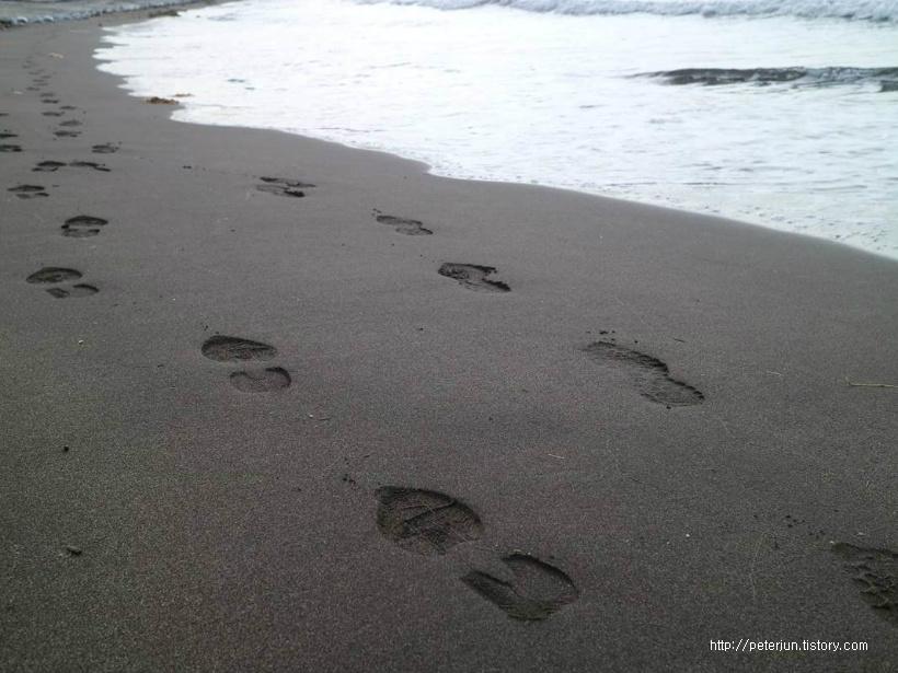 모래사장 위의 발자국