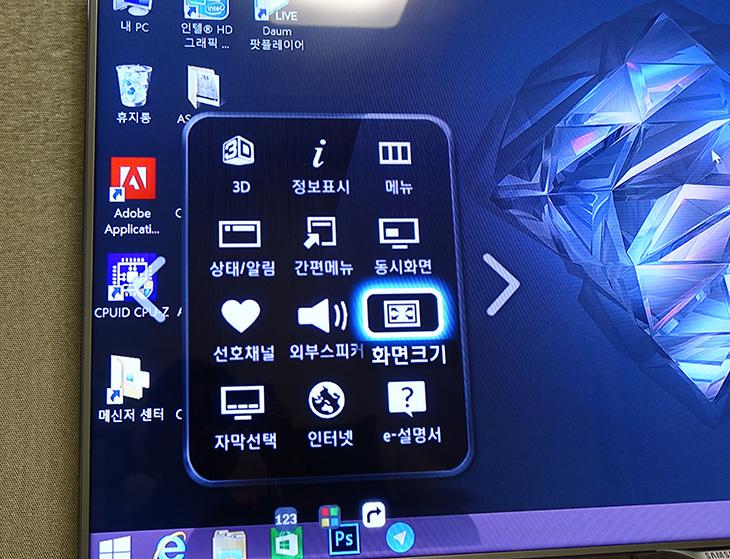 대우루컴즈 스틱PC TV 연결, 유튜브, NAS 활용하기,대우루컴즈 스틱PC,스틱PC 4K영상,스틱PC NAS,다운로드머신,다운로드,IT,IT 제품리뷰,대우루컴즈 스틱PC TV 연결을 해서 유튜브 보기 및 NAS 활용하여 영상보기를 해 봤습니다. 유튜브 보기에서는 4K 영상도 잘 재생되더군요. 굳이 유선랜선을 연결하지 않아도 인터넷 속도도 동영상 재생정도는 무리없이 소화를 했습니다. 그런데 대우루컴즈 스틱PC TV 연결을 할 때 참고해야할 점이 있습니다. TV USB 전원으로 연결하면 정상적으로 동작을 안할 가능성이 있습니다. 저 역시도 TV 전원을 이용해서 연결을 했는데 처음에는 켜지더니 시간지나니 강제로 꺼지더군요. 대우루컴즈 스틱PC TV 연결 시 기본으로 제공하는 어댑터를 이용해서 연결해야 정상적으로 사용이 가능 합니다.TV를 컴퓨터 처럼 변신 시킬 수 있고 파일을 다운로드 하거나 NAS와 연결해서 영상을 보거나 하는 것이 가능 합니다. 즉 멀티미디어는 물론 다운로드 머신으로 사용할 수 있는 것이죠. 무선은 2.4GHz 연결만 지원하므로 다운로드 머신으로 쓰려면 USB to LAN 장치를 이용해서 유선으로 연결해야 속도를 높힐 수 있습니다.