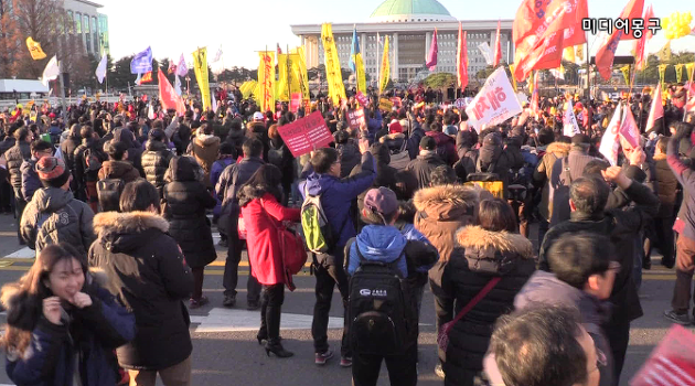 [영상] 국회 앞 시민들, 박근혜 탄핵안 가결 순간