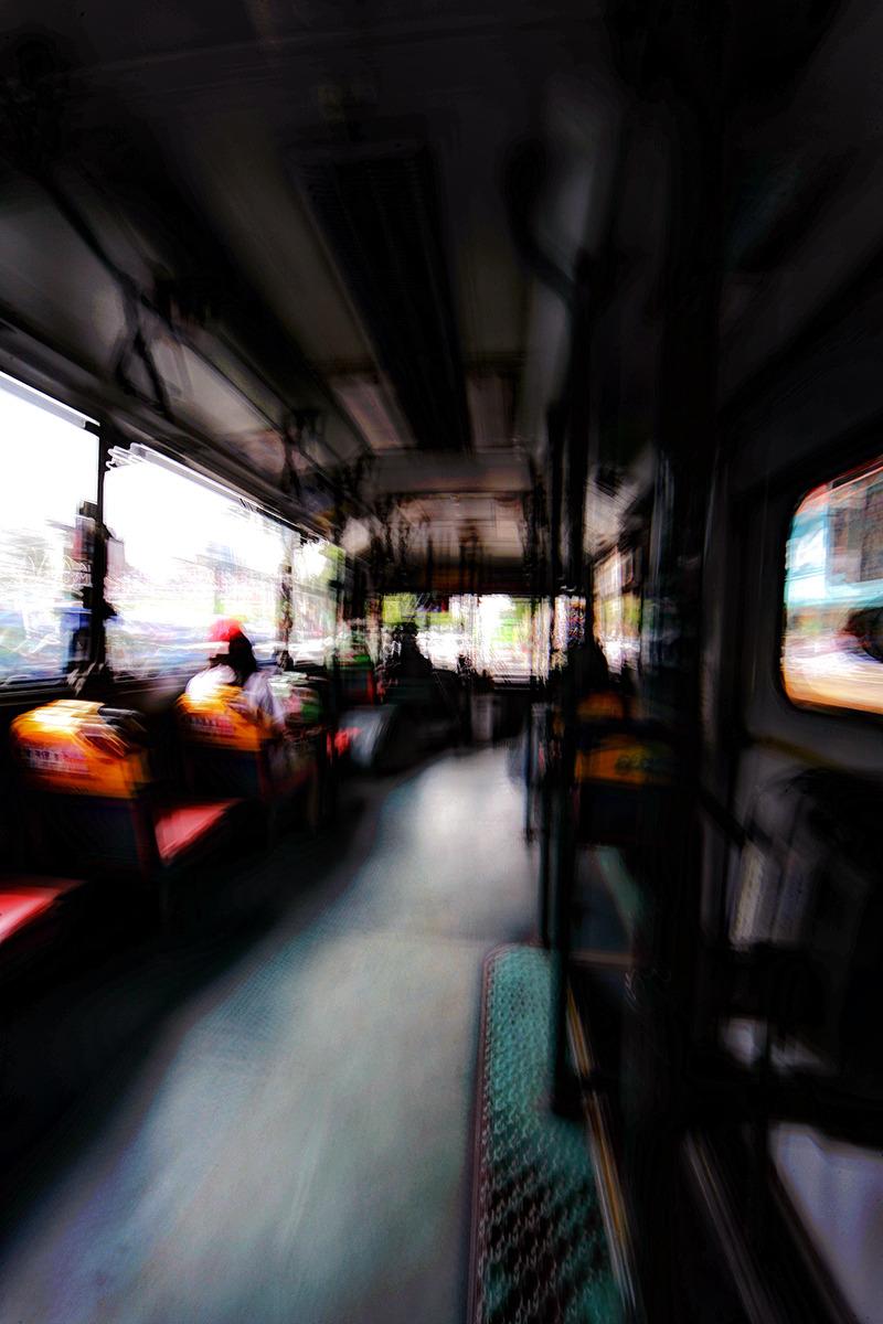 버스출구 뒤편에서 촬영된사진-운행중인 버스안에서 장노출로 촬영된 사진으로 버스의 덜컹거림이 그대로 사진에 나타나 누군가를 만나러 나가는 설레임을 나타내려 했었다.