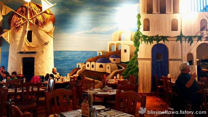 그리스 산토리니 섬의 모습이 그려져 있어요