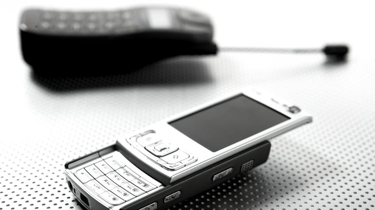 검정색 바형 휴대전화와 슬라이드형 은색 휴대전화