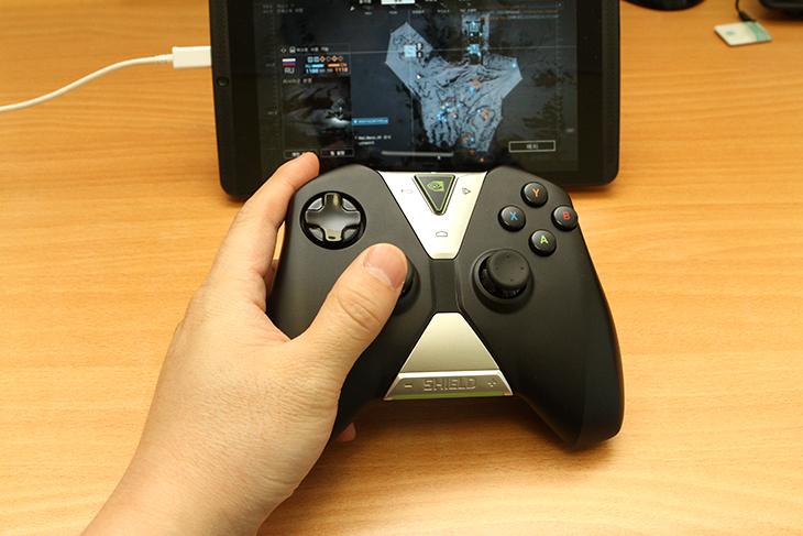 엔비디아 쉴드 태블릿, 배틀필드4, GameStream, PC 게임,Nvidia,Nvidia Shield Tablet,IT,IT 제품리뷰,게임,사용기,후기,게임스트리밍,스트리밍,WiFi,와이파이,Game,엔비디아 쉴드 태블릿 GameStreamPC를 이용해서 배틀필드4 PC 게임을 해보도록 하겠습니다. Nvidia Shield Table는 상당히 고성능으로 나온 태블릿 입니다. 안드로이드에서 나온 최신 게임들을 빠르게 실행 할 수 있고 작업도 빠르게 할 수 있습니다. 그런데 특별한 기능이 하나 더 있습니다. 엔비디아 쉴드 태블릿은 GameStream을 이용해서 배틀필드4나 기타 PC게임을 태블릿으로 게임을 할 수 있게 해 줍니다. 정확히 이야기하면 게임은 PC에서 실행이 되며 그 화면을 스트리밍으로 태블릿이 받아서 화면을 보여주게 됩니다. 이렇게 하면 태블릿에서는 실행할 수 없는 아주 고사양의 게임과 빠른 네트워크도 태블릿으로 구사할 수 있게 됩니다. 원격과 다른점이 있다면 엔비디아 쉴드 태블릿의 화면 해상도에 맞게 최적화를 하며 그것을 스트리밍으로 전송하고 쉴드 컨트롤러도 쓸 수 있어서 정말 PC게임을 하듯이 태블릿으로도 즐길 수 있다는 점 입니다.사용 방법은 어렵진 않습니다만, 몇가지 제한조건이 있습니다. 최신 Nvidia 그래픽카드를 사용해야하고, 빠른 네트워크가 필요합니다. 그래픽카드가 만족되지 않을 때에는 GeForce Experience을 실행시 재대로 지원이 안될 수 있습니다. GeForce Experience 를 실행 후 PC와 태블릿을 연결을 해주면 그 후에는 네트워크에 연결되어 있다면 PC게임을 실행할 수 있습니다. 배틀필드4는 컴퓨터 그래픽카드에서도 아주 빠른 컴퓨터에서 동작하는 게임입니다. 태블릿에서는 무리이죠. 하지만 아래에서 실행을 해보도록 하겠습니다.