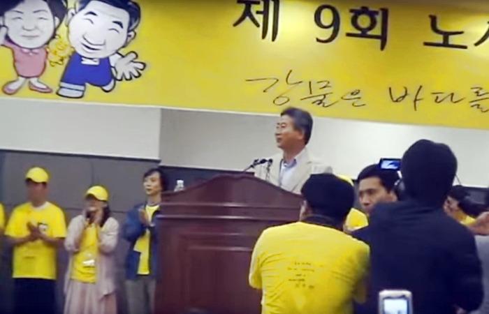 사진: 노사모 모임에 참석한 노무현.  노란색은 노무현을 상징하는 색이 되었다. [결국 인정받은 바보 노무현입니다]