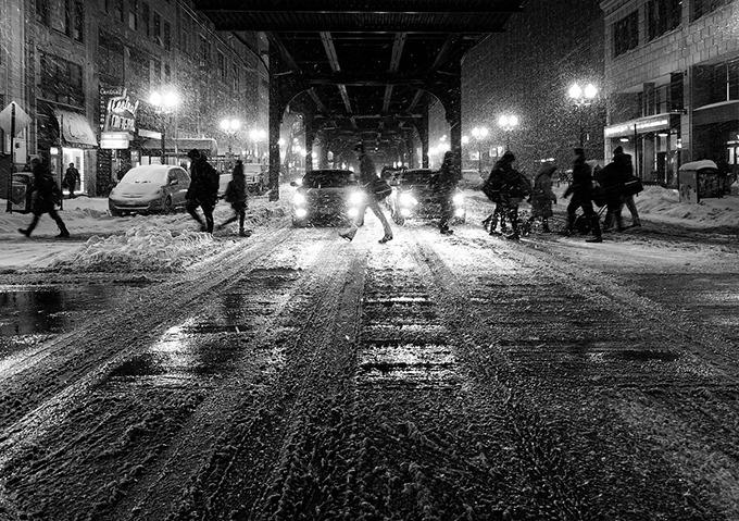 눈 내리는 겨울철 도로