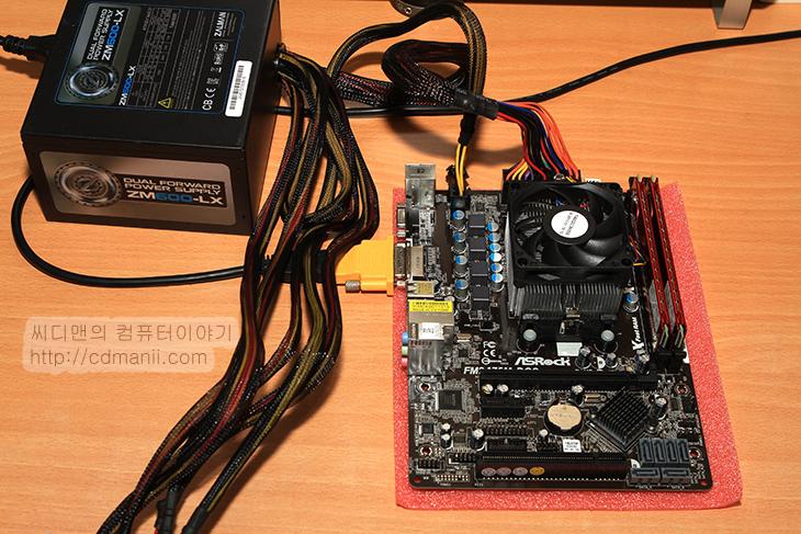 AMD 조립 동영상, AMD 조립 가이드, AMD 조립, AMD, A10 5800K, FX8300, A10 5800K 조립, FX8300 조립, 내장그래픽, 조립, AMD조립, IT, 컴퓨터 조립, AMD 컴퓨터 조립, Asrock FM2A75M-DGS R2.0, Asrock 970 Pro3 R2.0,AMD 조립 동영상 가이드를 공개합니다. 지속적으로 저에게 메일로 전화로 적어달라는 분들이 많았는데요. 이번에 기회가 되어서 A10 5800K와 FX8300 CPU를 이용해서 강의를 시작해봅니다. AMD 조립 동영상에 사용된 시스템은 가장 많이 사용하실만한 제품으로 선택해봤습니다. Asrock 970 Pro3 R2.0 메인보드와 FX8300 조합으로 그리고 Asrock FM2A75M-DGS R2.0 보드와 A10 5800K 조합으로 조립을 각각 해볼것입니다. 설명기준은 하나로 하지만 직접 보시면 두개다 조립은 가능하실 것 입니다. 큰 차이는 없으니까요. 영상을 꼼꼼히 보신분들은 AMD 조립도 어렵지 않다는것을 알게 되실것 입니다.  이번 AMD 조립 동영상에서는 조립 시 주의해야할 점 그리고 알아둬야 할 점을 꼼꼼히 살피고 넘어갑니다. 그냥 여기 끼우세요. 이렇게 하세요가 아니라 왜 넣어야하는지 등도 자세히 알아보도록 합니다. 물론 AMD 조립을 하시는 분들은 약간은 컴퓨터에 대해서 관심이 있는 분들이 대부분일테므로 그것을 감안하여 눈높이를 조정했습니다. 그렇다고 너무 간단하게 설명한것은 아니니 기대해주세요.  컴퓨터 조립을 할 때에는 준비물을 철저히 준비해놓고 시작하는게 좋습니다. 장갑은 반드시 끼는게 좋습니다. 면장갑도 좋고 가죽장갑도 좋지만, 여기에서는 수술용 장갑을 끼고 하겠습니다. 약국에서 구매하면 1000원 안하는 가격으로 구할 수 있습니다. 물론 많이 필요하다면 여러개 들어있는것을 구매하는게 더 좋구요. 장갑을 안끼고 하셔도 된다는 분들도 있는데 부품에 유분이 묻거나 해서 좋을것은 없으므로 장갑을 끼고 하도록 합니다.