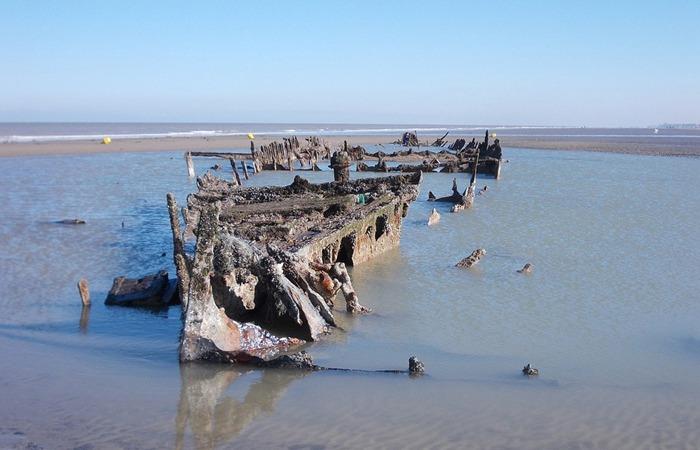 사진: 다이나모 작전 중 침몰한 배의 잔해가 아직도 됭케르크 해변에 남아 있다. 덩케르크 뜻은 사막언덕의 교회라는 의미이다. [덩케르크 철수작전 실화]