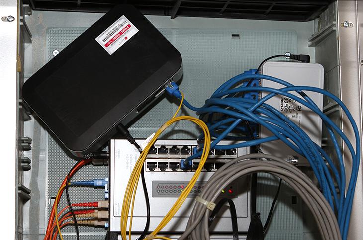 아파트 인터넷 단자함, 방마다 인터넷 연결,아파트 인터넷 단자함 방마다 인터넷 연결,아파트 인터넷 단자함,인터넷 단자함,IT,인터넷,튜닝, 기가인터넷,KT기가인터넷,UTP,전화,인터넷,PC,아파트 인터넷 단자함에 허브를 넣어서 방마다 인터넷 연결을 하는 방법을 소개하려고 합니다. 저는 유플러스 기가인터넷을 쓰고 있습니다. 제가 사는곳에는 초고속인터넷특등급 단지로 지정된 곳인데요. 그래서 기가인터넷을 사용할 수 있죠. 그런데 인터넷 설치시 아파타 인터넷 단자함을 열어보고 기사분과 같이 보고 있자니 몇가지 튜닝을 해줘야만 방마다 인터넷 라인을 넣을 수 있다는것을 알게 되었습니다. 최근 아파트들은 대부분 기본적으로 인터넷을 사용하게 되어있습니다. 가스잠금과 월패드, CCTV 등 기본적으로도 인터넷을 쓰게 되어있죠. 그리고 그렇게 지정된 곳의 인터넷을 계속 쓰는 경우에는 사실 방마다 인터넷이 기본적으로 연결이 이미 되어있으며 별다르게 아파트 인터넷 단자함을 열어볼일도 없습니다.그런데 저처럼 유플러스 기가인터넷을 따로 설치하거나 (KT 기가인터넷도 동일함) 별도로 인터넷 라인을 넣은 상태에서는 공유기와 허브를 같이 사용해야합니다. 그 이유를 설명드리면, 기본적으로 설치되어있는 인터넷 라인은 끊을 수 없습니다. 지정된 곳에 연결이 되어있어서 시스템이 움직이므로 건드릴 수 없죠. 이건 CCTV나 월패드 등에 연결된 부분을 말합니다. 그것을 건드리지 않은 상태로 보통 인터넷을 설치를 해 줄겁니다. 즉 건드릴 수 없는 기존라인 외에 별도로 인터넷을 설치하게 되는데 그 따로 설치한 부분을 변경해야합니다.