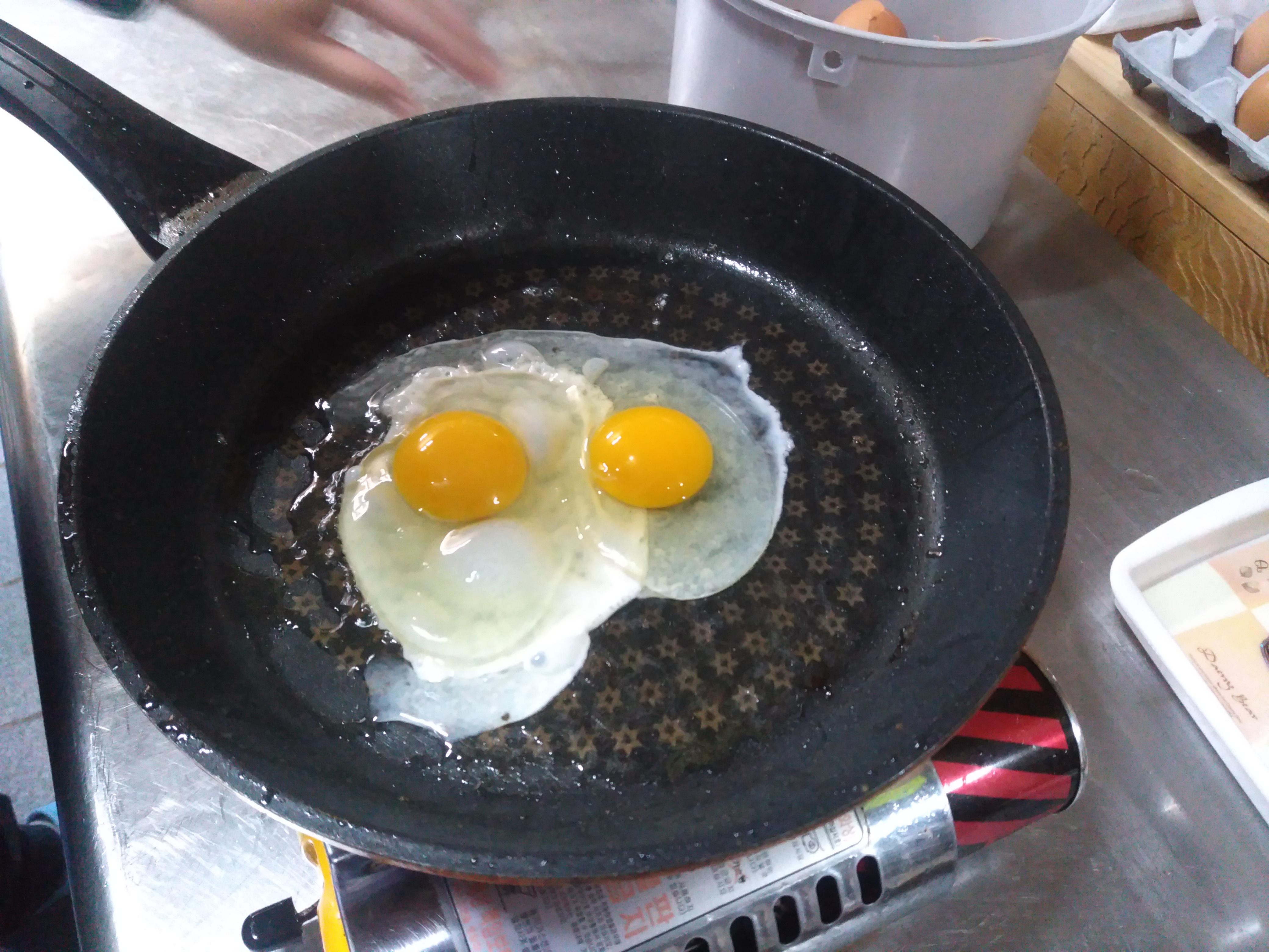 계란을 까서 후라이 판에 올리고 후라이를 준비