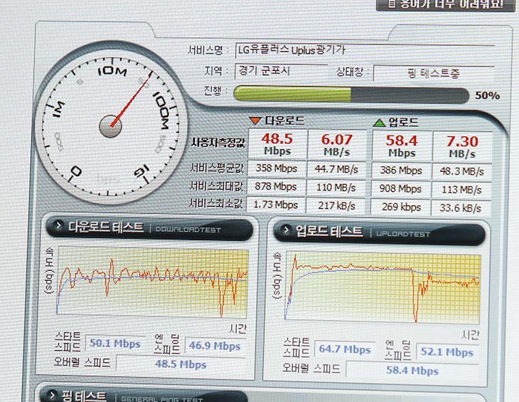 아수스 트랜스포머북, T300CHI-FL043H, T90CHI-FO001B 사용기,아수스 트랜스포머북,아수스,에이수스,ASUS,T300CHI,T90CHI,IT,IT 제품리뷰,후기,사용기,아수스 트랜스포머북 T300CHI-FL043H T90CHI-FO001B 사용기를 올려봅니다. ASUS 트랜스포머북은 과거에도 이미 나왓었지만 새로운 프로세서를 넣고 좀 더 디자인이 좋아지고 기능이 좋아져서 다시 나왔습니다. T300CHI-FL043H은 코어M을 사용해서 나와서 아수스 트랜스포머북의 격을 한등급 더 올려준 느낌이 듭니다. T90CHI-FO001B는 Z3775 아톰 프로세서를 사용해서 휴대가 편하면서도 태블릿PC처럼 사용할 수 있는 모델로 나왔습니다. 인텔의 경우 프로세서의 성능을 늘리는 것보다 그래픽성능을 올리고 전력에 최적화를 시키는 부분에 촛점을 맞췄었는데요. 물론 6세대 프로세서가 나오기전은 그러하죠. 아수스 트랜스포머북에 들어간 코어M 프로세서는 성능이 좋으면서도 팬리스가 가능한 모델입니다. 웹서핑이나 동영상 감상용으로는 매우 충분하며 인코딩 작업이나 온라인 게임정도도 돌아가는 꽤 괜찮은 모델이죠. ASUS 트랜스포머북은 사이즈를 서로 다르게 해서 나왔습니다. 화면이 8.9인치의 모델은 해상도를 어느정도 제한시키고 휴대성을 더 강화한 모델입니다. 가격도 많이 낮춘 모델이죠.ASUS 트랜스포머북 T300CHI-FL043H에 관심이 많으실텐데요. 코어M 프로세서를 사용했고 12.5인치의 화면에 풀HD 화면을 넣은 모델입니다. 128GB의 SSD와 8GB의 램으로 하드웨어적 성능도 매우 좋습니다. 그러면서도 팬이 없어서 무소음으로 사용이 가능합니다. 과거에 트랜스포머북의 경우에는 하단의 키보드가 무거운 형태로 되어있고 전체적인 두께도 많이 두꺼웠지만 새로 나온 트랜스포머북은 전체적으로 많이 얇아졌으며 하단 부분도 블루투스 키보드 방식으로 해서 분리를 하거나 장착을 좀 더 편하게 하고 사용간에 있어서 끊어짐이 없도록 했습니다.