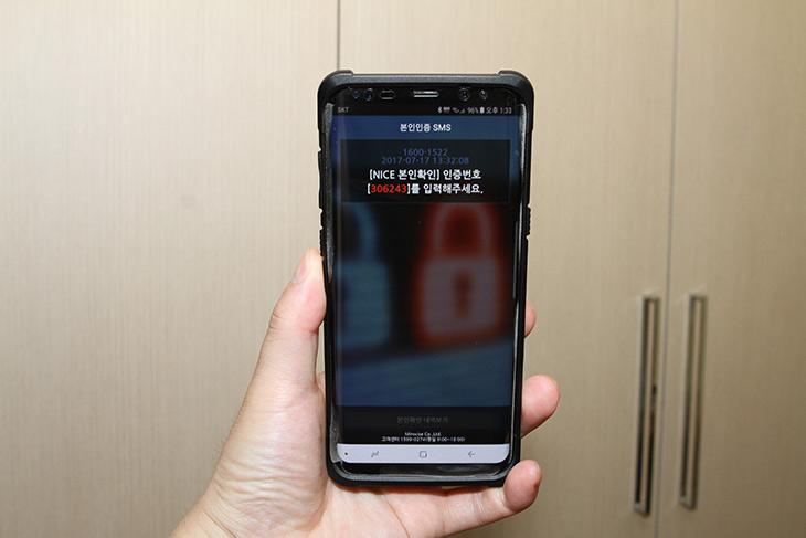 스마트폰 본인인증, 도용 방지, 휴대폰번호도용방지, 안전하게,IT,IT 인터넷,스마트폰으로 본인인증을 많이 하는데요, 그 인증번호자체를 보호해 주는 서비스가 있다면, 얼마나 유용할까요? 오늘은 그 서비스를 소개합니다. 바로 민앤지 휴대폰번호도용방지 서비스입니다. 스마트폰 본인인증은 우리 일상생활에서 엄청 자주 씁니다. 스마트폰은 개인이 다 들고 있으니 그 스마트폰으로 인증을 해서 본인임을 확인하는 것이죠. 민앤지 휴대폰번호보호서비스는 스마트 폰으로 날아오는 인증번호 자체를 암호화해서 보내주고 미리 설정해 둔 비밀번호 6자리를 입력해야만 실제 인증번호를 볼 수 있도록 보안해줍니다.