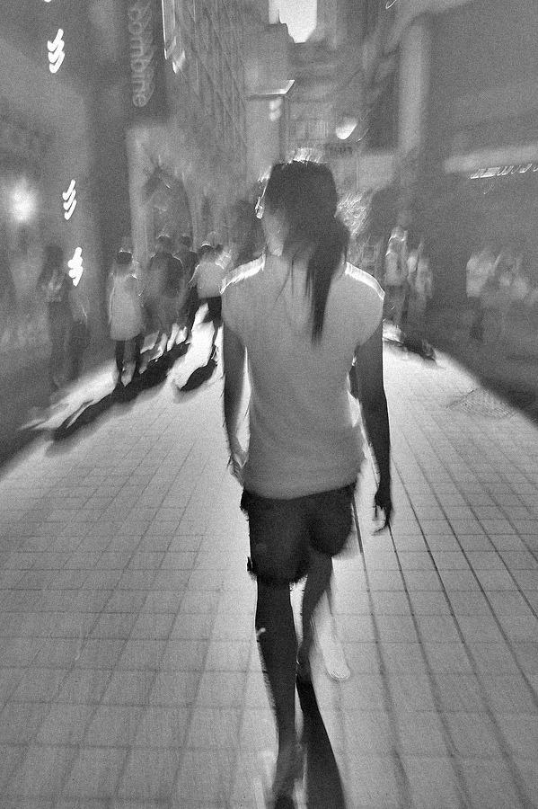 성큼성큼 걷는 여자를 뒤에서 쫒으며 장노출로 촬영한 사진.