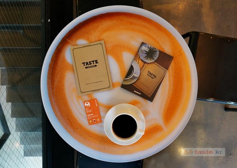 TASTE by 빈브라더스 - 강남역 카페라기 보다는 카페처럼 꾸민 도서관 / 개인의 취향, 타인의 취향, 커피 맛