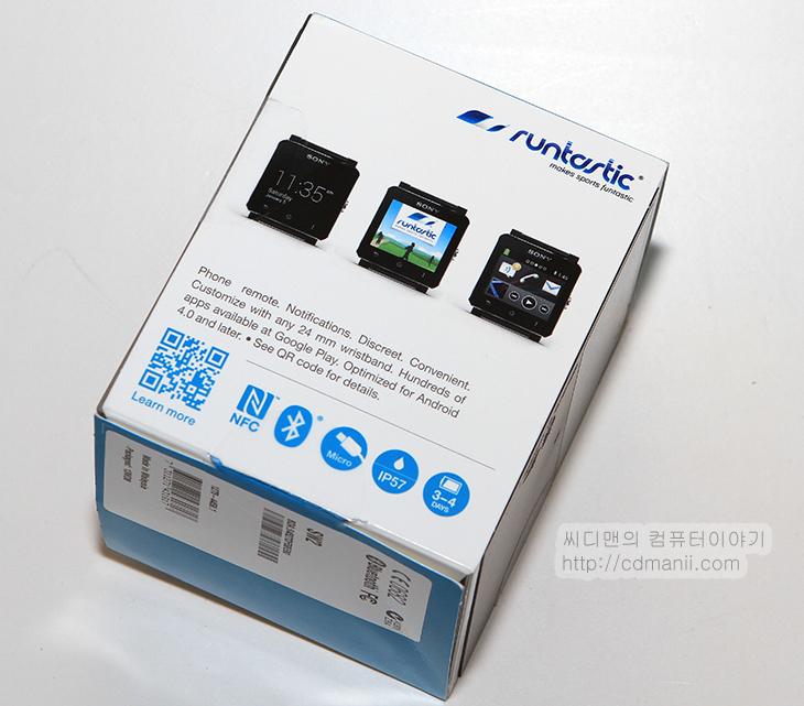 스마트워치2 리뷰, 스마트워치2 사용기, IP57, 스마트워치2 방수, 스마트와치2, 소니, sony, 방수테스트, IP57 생활방수, 스마트워치2 생활방수, IT, 모바일, 스마트폰, 갤럭시기어,스마트워치2 리뷰를 적기 위해서 이 제품을 여러가지로 활용해봤는데요. 사용해 보면서 시계 그리고 스마트기기 라는 것에 대해서 다시 한번 더 생각하게 되었습니다. 시계라는 그러니까 좀 더 자주 보고 활용할 수 있는것에 기준으로 한것이 이것입니다. 스마트워치2 리뷰에서는 실생활에서 얼마나 활용될 수 있는지에 대해서 살펴보고자 합니다. 워치라는 이름과 걸맞게 Water resistant IP57 등급의 생활방수를 지원하며 전력을 거의 사용하지 않으면서 태양광 아래에서는 시계를 볼 수 있습니다. 빛이 부족한 곳에서는 램프를 켜서 시계를 볼 수 있습니다. 이외에 스마트폰과의 릴레이기능을 하므로 페이스북, 카카오톡, 트위터, 메시지, 전화 등이 왔을 때 알려주게 됩니다. 필요에 따라서는 전호도 걸 수 있습니다.  그런데 이런 기기가 하나 더 나와있긴 합니다. 시계형 스마트기기인데 카메라와 마이크, 스피커도 내장해서 그 자체만으로 전화와 녹음 영상 촬영, 사진촬영도 가능하도록 했죠. 그 와는 다르게 소니 스마트워치2는 사진촬영이나 직접 전화통화는 안됩니다. 하지만 시계모양에 가깝고 필요한 정보를 바로 스마트워치2 내에서 모두 볼 수 있고 (물론 텍스트 정보만 보이는 부분도 있지만) 생활방수도 되는 등 이 기기도 장점이 충분히 있었습니다.  좀 더 시계와 같이 항상 몸에 가지고 다니면서 바로 볼 수 있는 그치만 스마트한 기능을 넣은 그런 기기입니다. 지금 그래서 수능시험을 볼 때 스마트워치2 사용자들에 대해서 비상이라고 하죠. 시계라고는 하지만 시험 볼 때는 쓸 수 없다는군요. 이것으로 정보를 받아서 시험에 유리하게 끌고 갈 수 도 있을테니까요.  그럼 지금부터 스마트워치2를 사용해보도록 하겠습니다