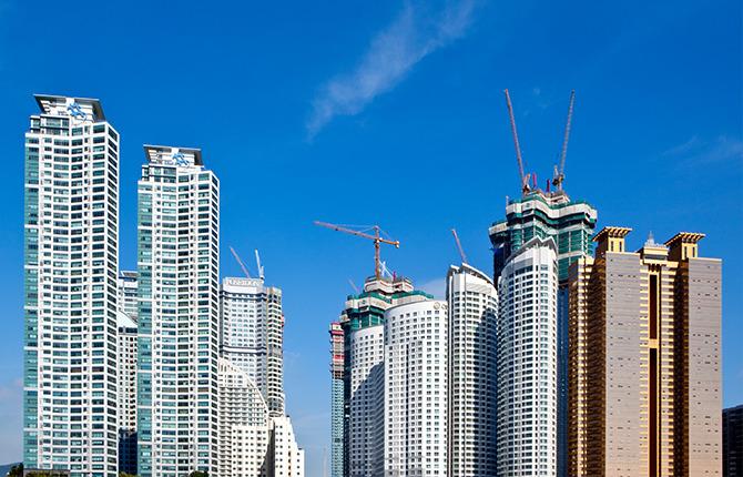 고층 아파트 공사 하늘