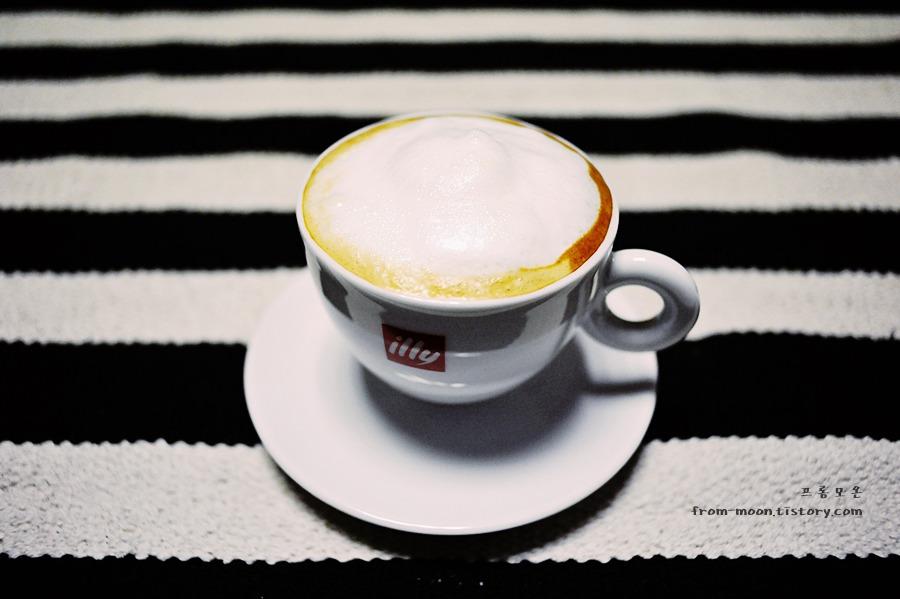 [일리캡슐커피] 과테말라 캡슐로 라떼 한 잔 만들어 마셨어요 / 일리커피머신 x7.1 / illy capsule coffee, Guatemala