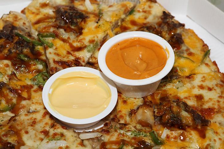 피자에땅, 메뉴 추천, 퐁듀피자, 핫치즈 퐁듀소스 ,온라인주문 후기,피자,오랜만에 피자 먹어보니 맛나는군요. 메뉴가 상당히 많았는데 이거 괜찮네요. 피자에땅 메뉴로 퐁듀피자 핫치즈 퐁듀소스를 추천해봅니다. 매콤하고 상당히 맛나더군요. 피자에땅 메뉴 퐁듀피자 온라인주문 후기를 적어봅니다. 소스는 두개중 하나 고르는 형태라 나머지 소스는 맛을 잘 모르겠네요. 나중에 기회가되면 또 먹어봐야겠어요. 맛이 비교적 너무 짜거나 너무 자극적이지 않아서 개인적으로는 괜찮았습니다. 소스양도 비교적 적당했구요. 점점 입맛이 까다로워지고 있는데요. 가끔은 이런 피자도 괜찮은것 같네요.
